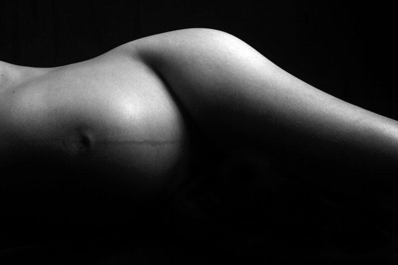 Naga-kobieta-w-ciazy-na-czarnym-tle