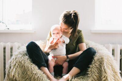 Mama-z-niemowlakiem-na-rekach