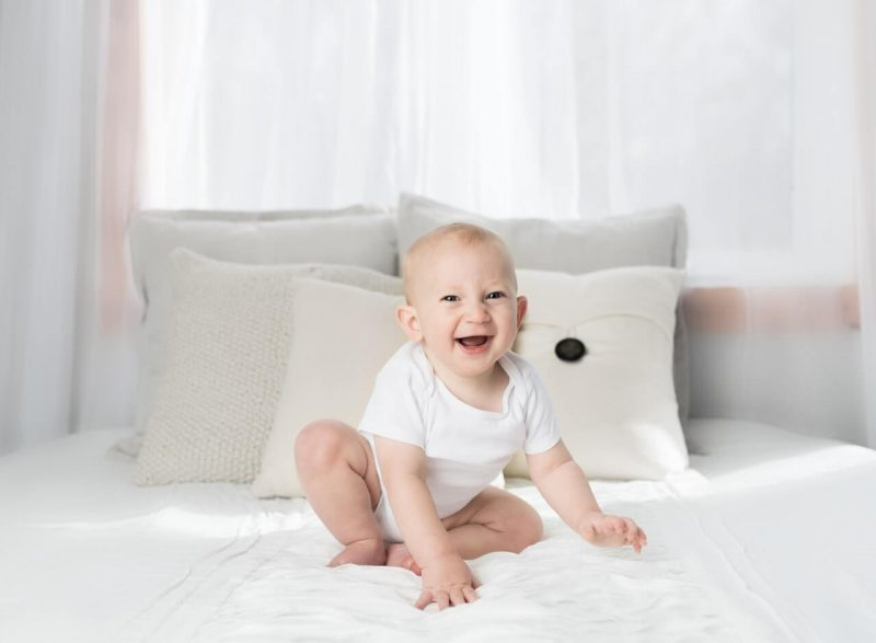 Usmiechniete-dziecko-na-lozku
