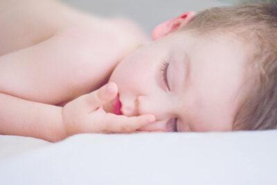Spiace-nagie-dziecko